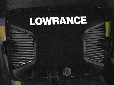 логотип LOWRANCE назадней стороне корпуса